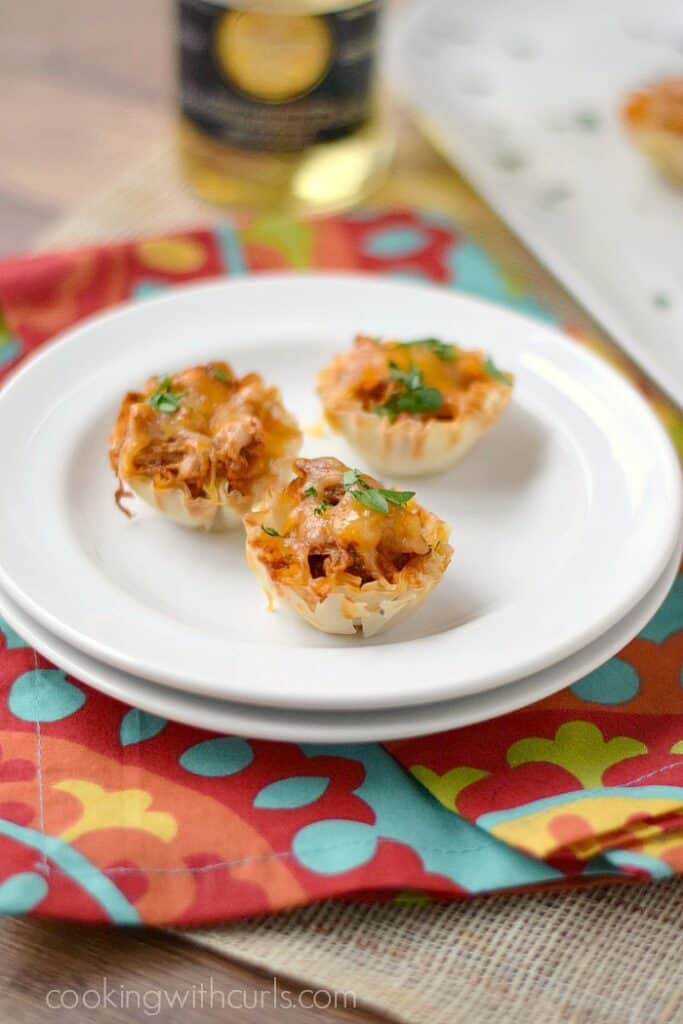 These Chicken Enchilada Bites are ready in 15 minutes and you only need 5 ingredients! cookingwithcurls.com