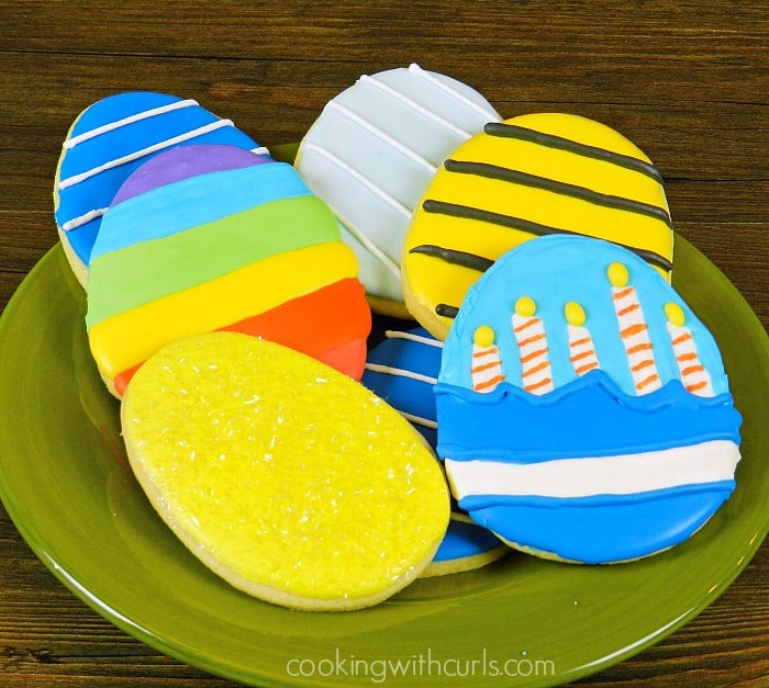A big plate of decorated Hatchlings Eggs that would actually be cute for Easter! cookingwithcurls.com