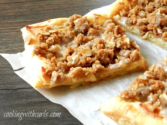 Apple Streusel Pizza from cookingwithcurls.com