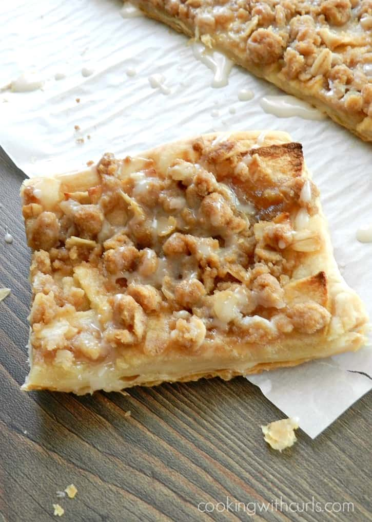 Apple Streusel Pizza is the perfect dessert any time of year! cookingwithcurls.com
