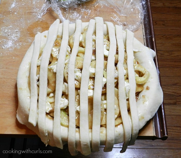 Lattice To Apple Pie vertical strips cookingwithcurls.com