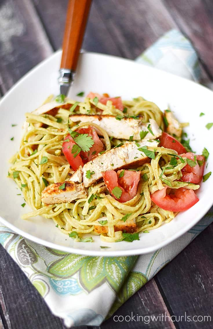 Guacamole Linguine with Chicken is a light and healthy meal perfect for busy weeknights | cookingiwthcurls.com