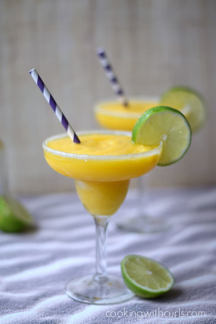 Mango Margarita | cookingiwthcurls.com | #cocktail #cincodemayo