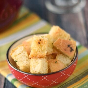 Crunchy Garlic Croutons are perfect on salads and soups! cookingwithcurls.com