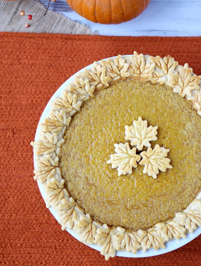 Don't forget your dairy-free friends this holiday season, bake them a Dairy-free Pumpkin Pie | cookingwithcurls.com