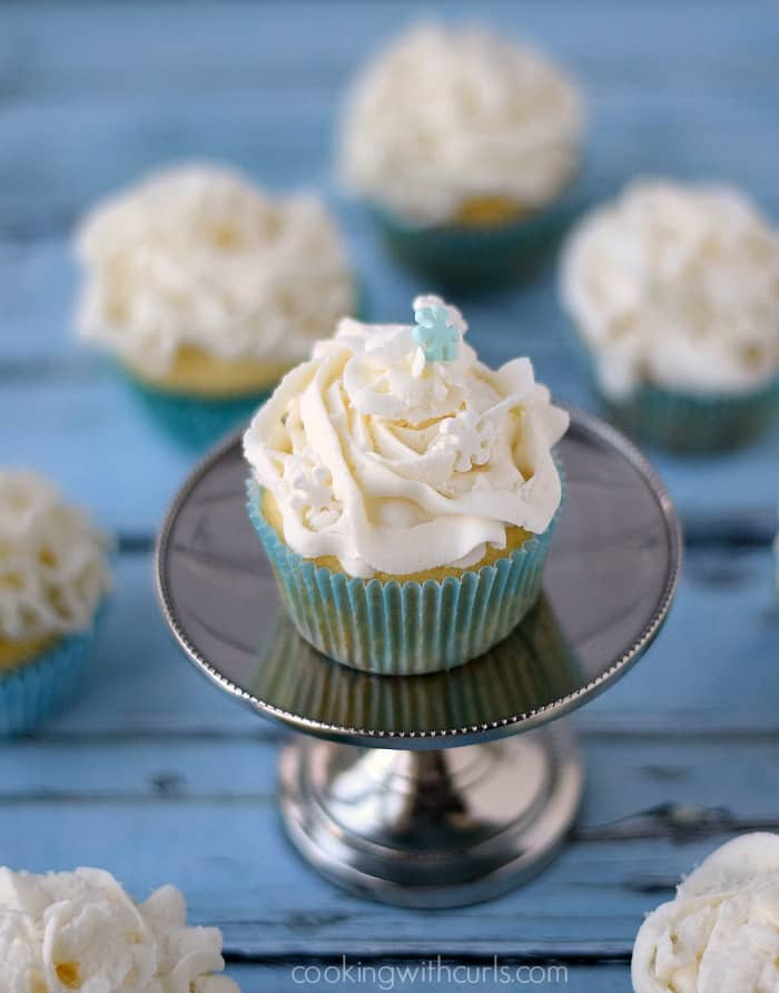 White Chocolate Champagne Cupcakes | cookingwithcurls.com #cocktailcakes