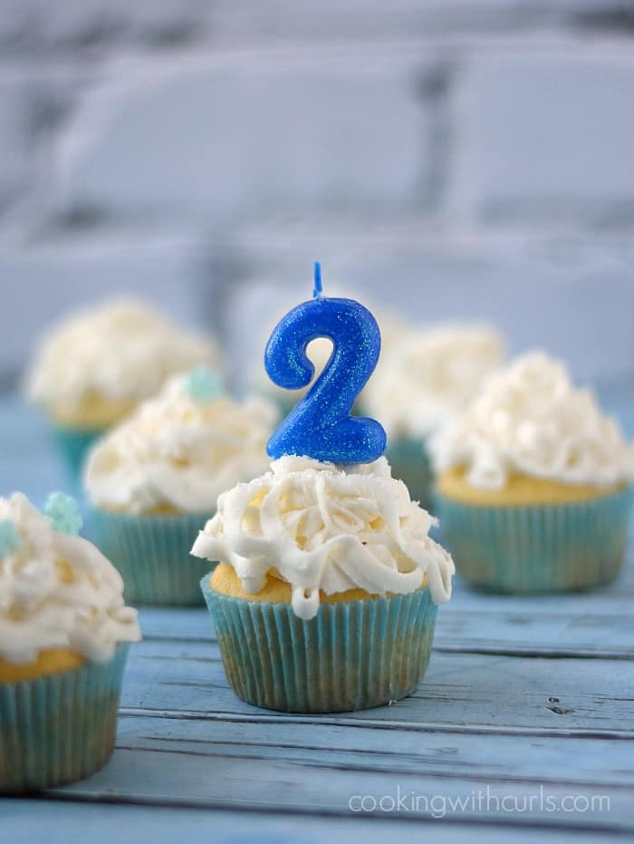 White Chocolate Champagne Cupcakes | cookingwithcurls.com #twoyearblogiversary