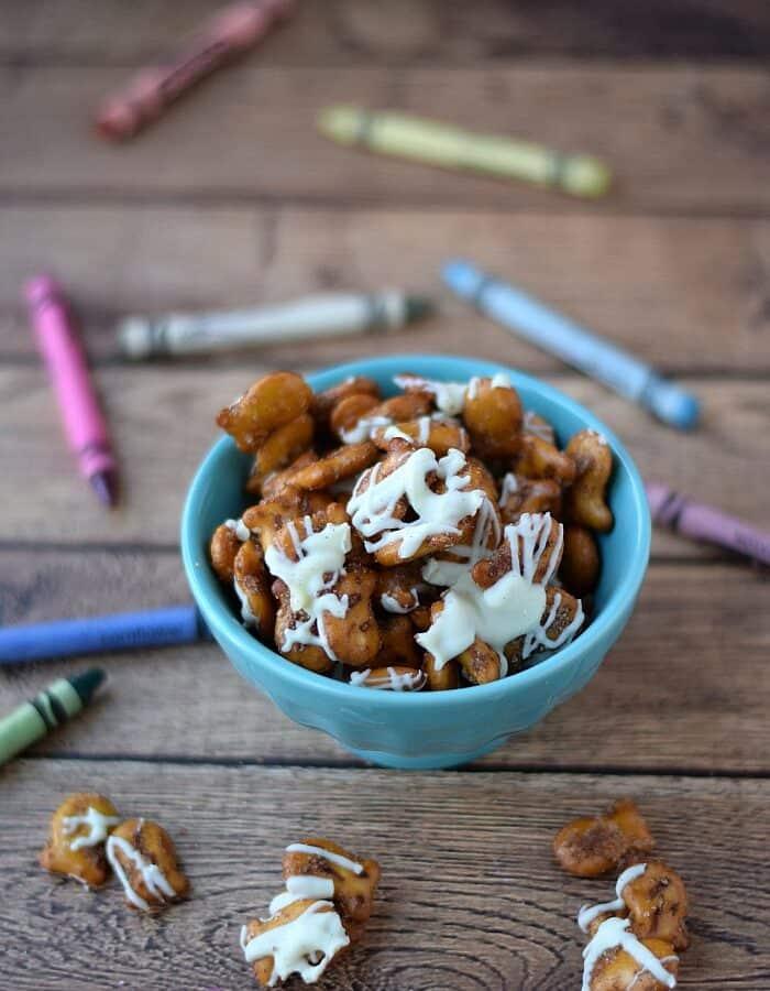 Cinnamon Sugar Goldfish Pretzel Mix | cookingwithcurls.com | #GoldfishMix #ad @Walmart
