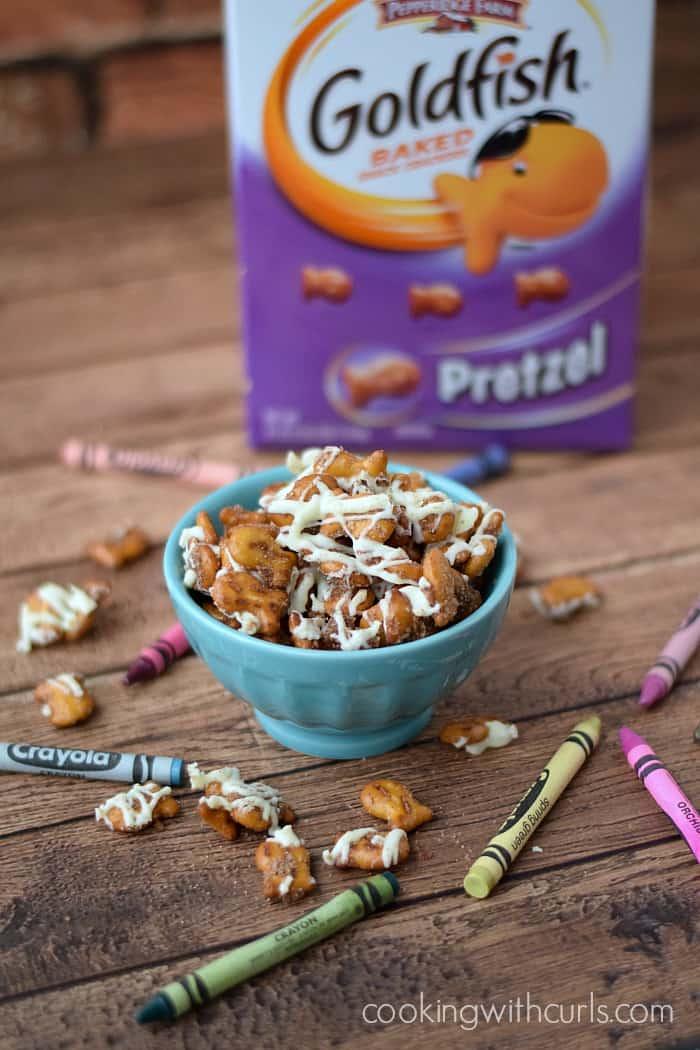 This Cinnamon-Sugar Goldfish Pretzel Mix makes the perfect after school snack | cookingwithcurls.com #GoldfishMix @Walmart #ad