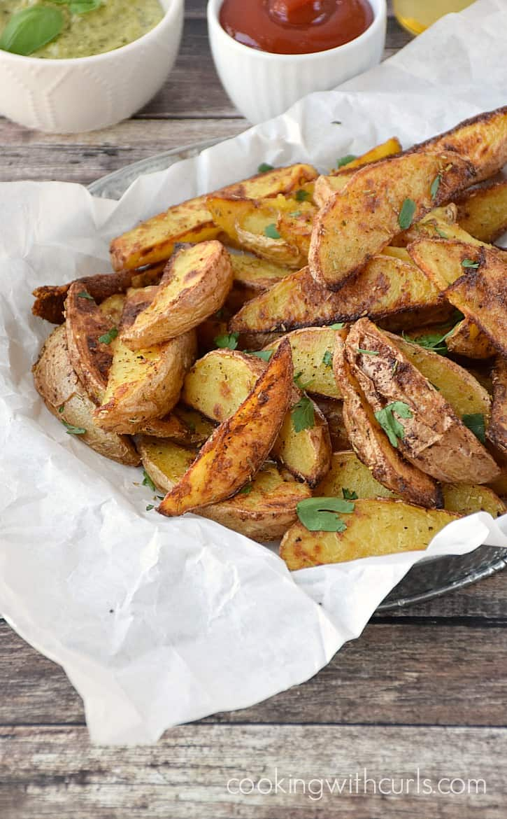Crispy, Baked Potato Wedges with Rosemary and Garlic | cookingwithcurls.com