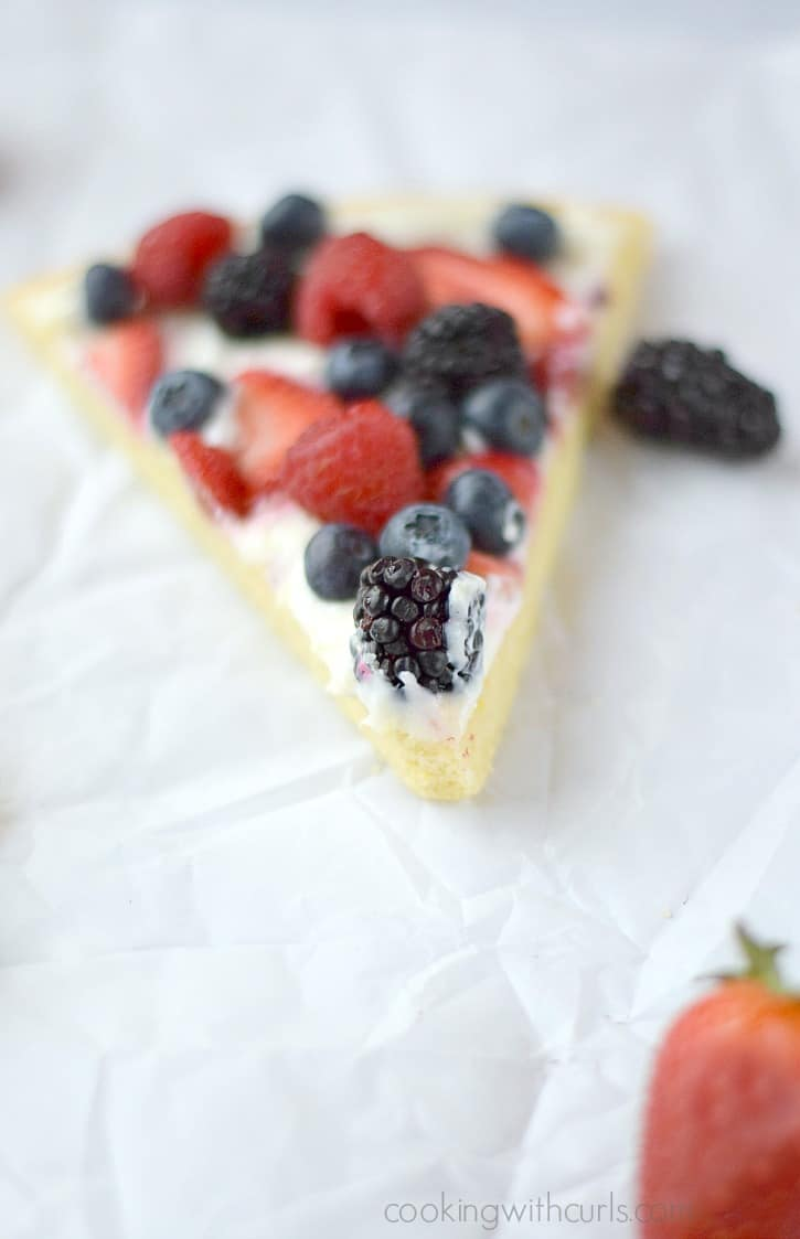 Enjoy a slice of Fresh Berries Cookie Pizza while dreaming about warmer weather | cookingwithcurls.com #berriesofspring