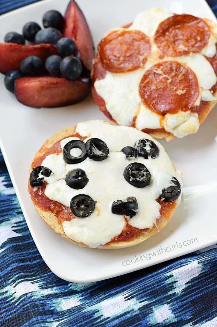 Bagel Pizzas - perfect lunch for kids | cookingwithcurls.com