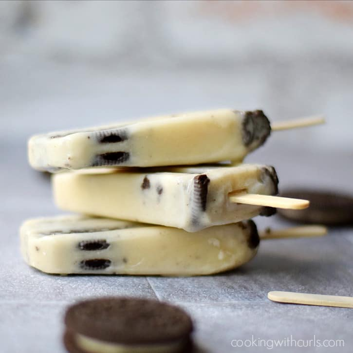 Cookies and Cream Pudding Pops :: creamy and delicious way to cool off during those hot summer days | cookingwithcurls.com