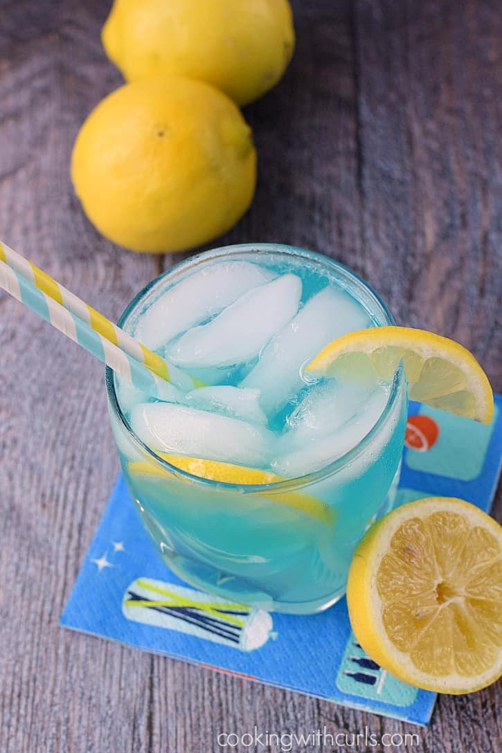 Cool off this summer with a refreshing Blue Lemonade Cocktail | cookingwithcurls.com
