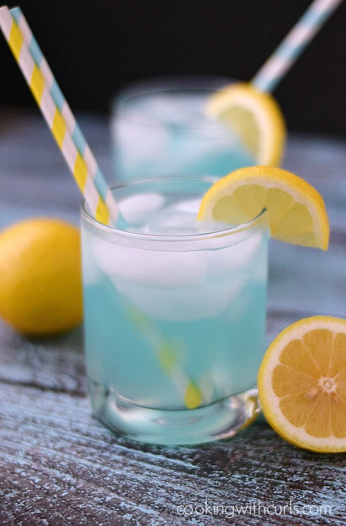 Kick back by the pool and enjoy a refreshing Blue Lemonade Cocktail | cookingwithcurls