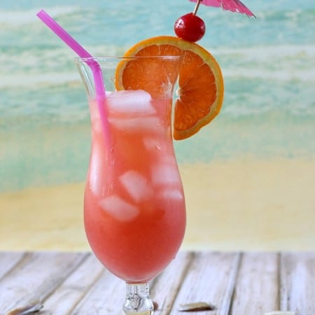 You can almost feel the ocean breeze while enjoying this refreshing Bahama Mama | cookingwithcurls.com