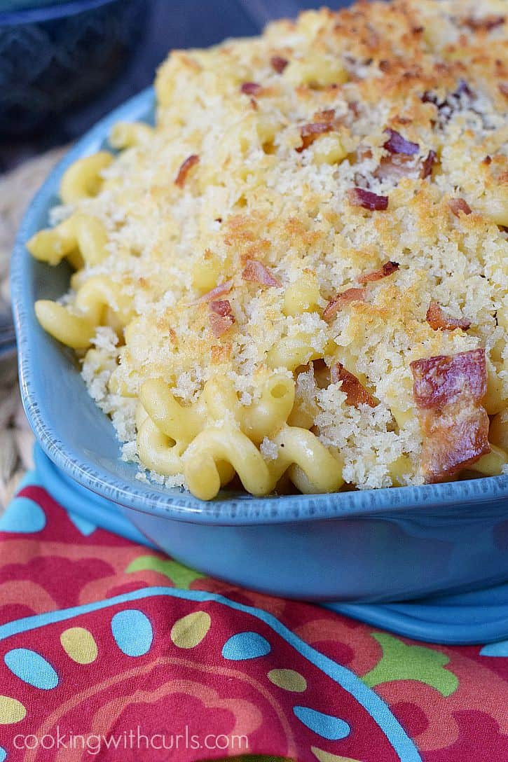 Creamy and delicious Chipotle Bacon Macaroni and Cheese for the dinner time win! cookingwithcurls.com