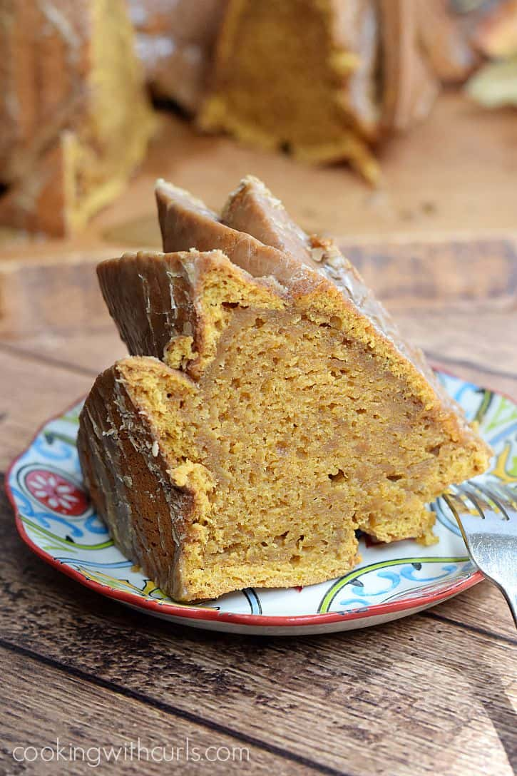 Celebrate the season with this delicious Pumpkintini Cocktail Cake | cookingwithcurls.com