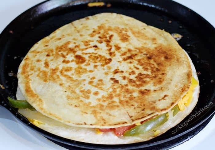 Chicken Fajita Quesadilla flip cookingwithcurls.com