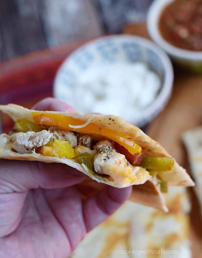 Chicken Fajita Quesadilla - take a bite, you know you want to | cookingwithcurls.com