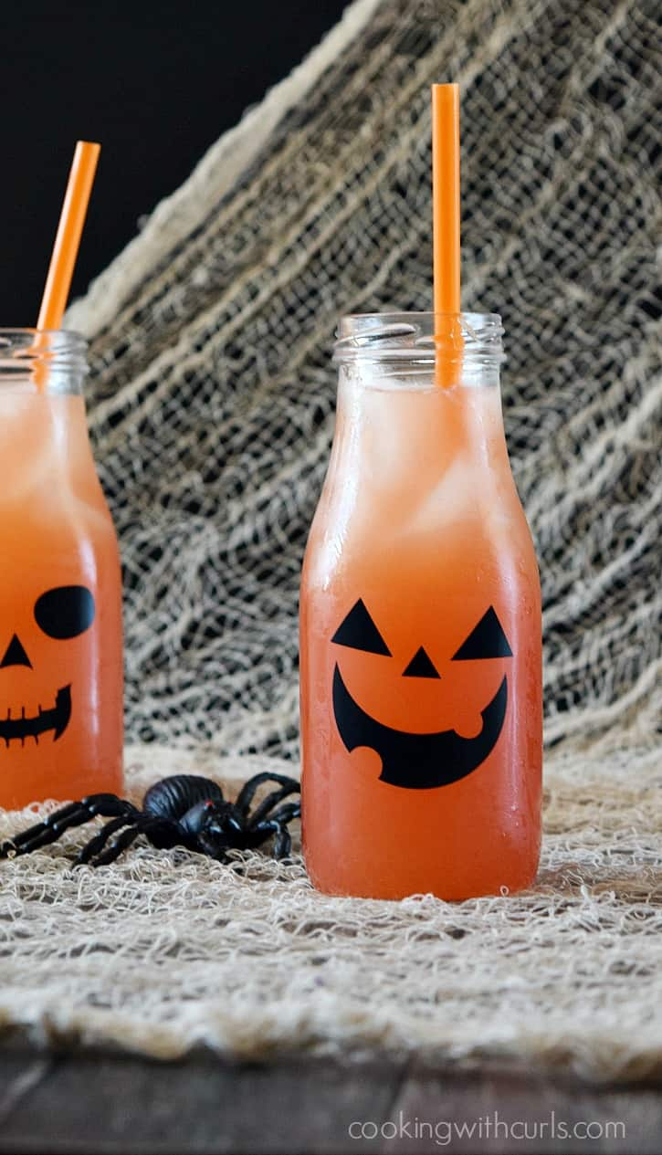 Make some Jack O Lantern Cocktails to share with your friends this Halloween | cookingwithcurls.com