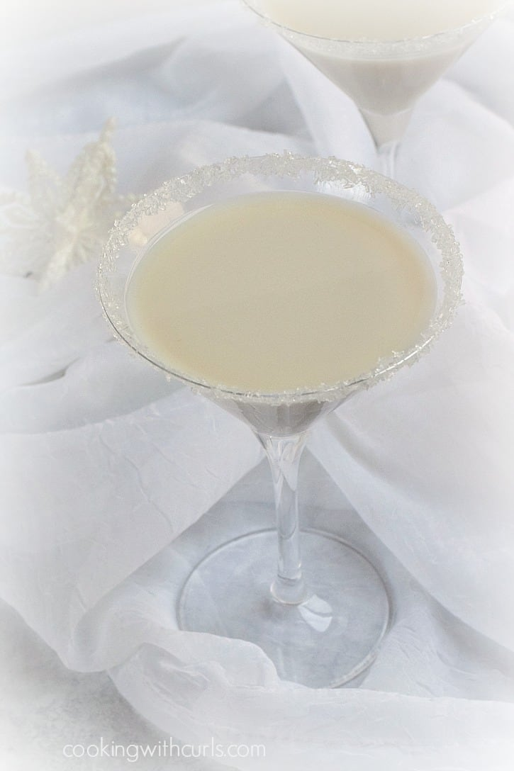 Warm up this winter with an icy Snowflake Martini | cookingwithcurls.com