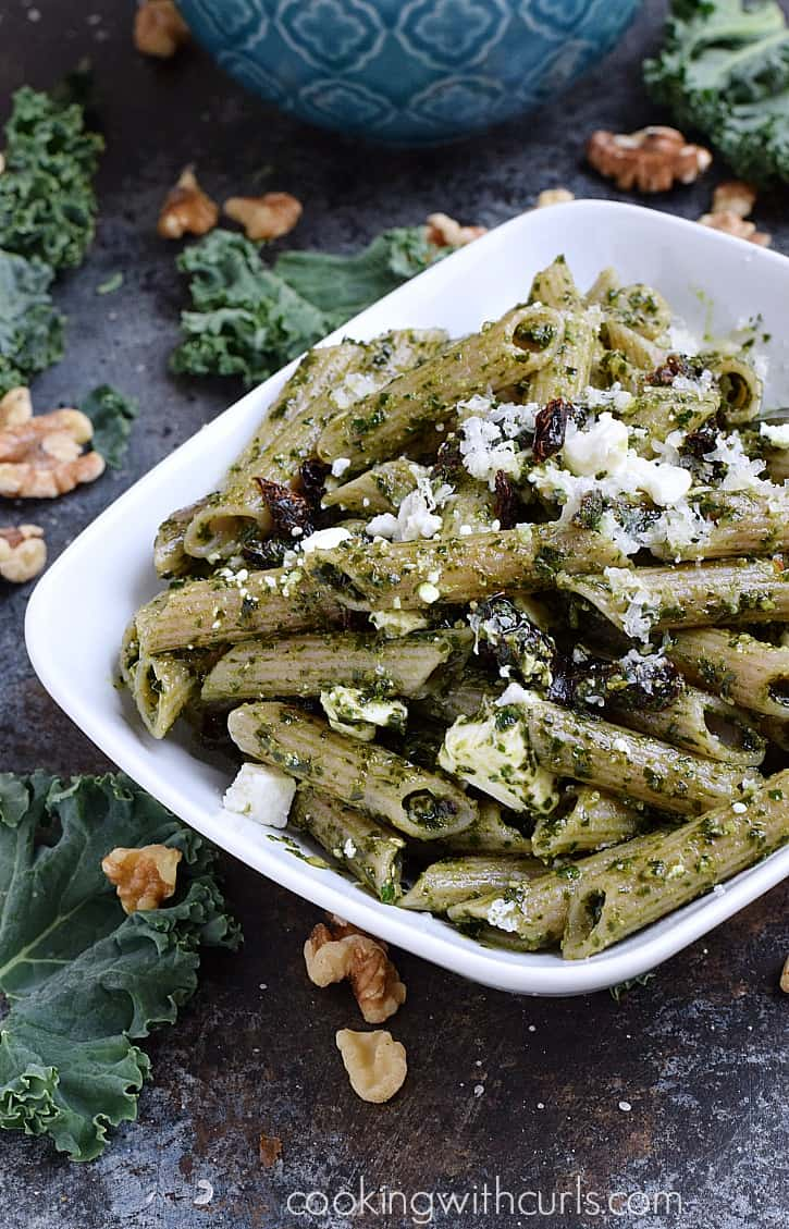 Kale Pesto Mac and Cheese with sun-dried tomatoes, feta and Parmesan cheeses | cookingwithcurls.com