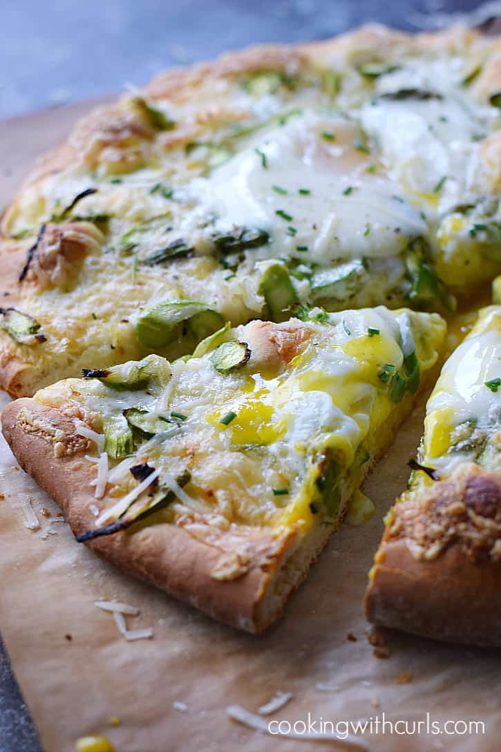Your whole family will be fighting for a slice of this delicious Asparagus Brunch Pizza, so make two! cookingwithcurls.com