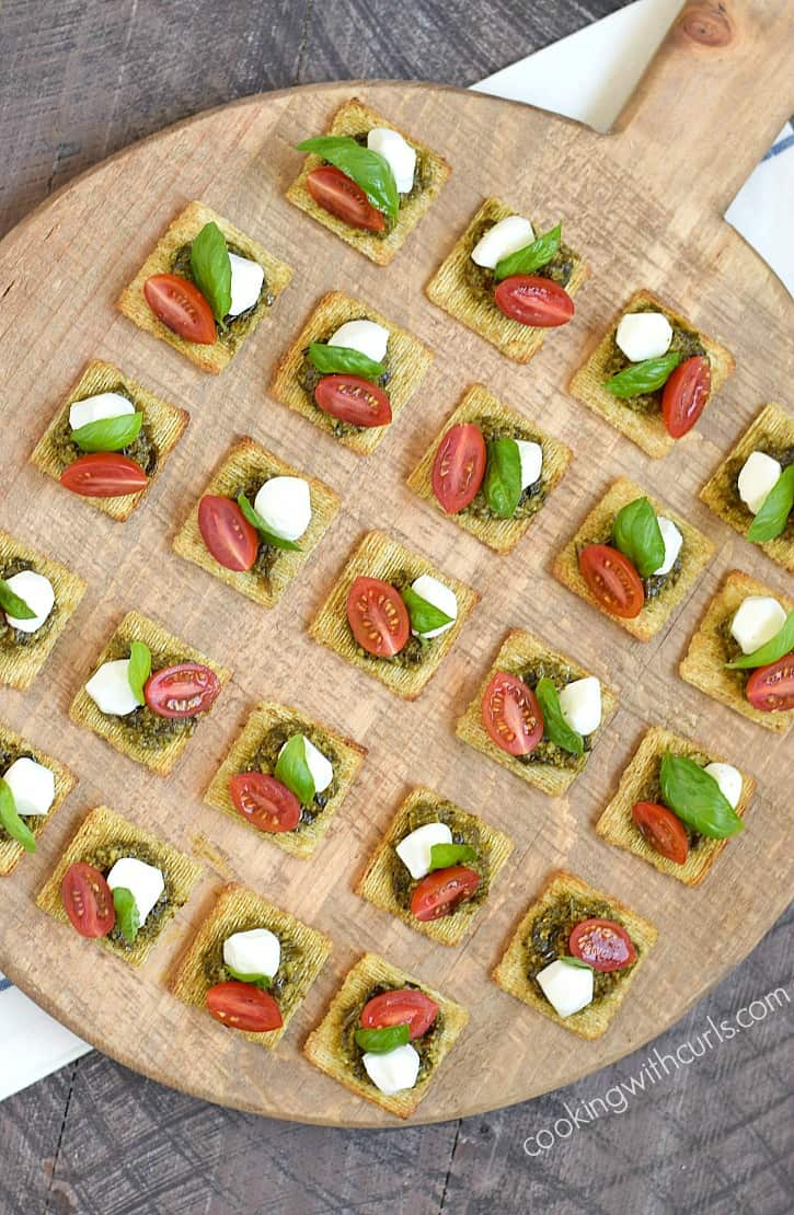 These TomatoPestoCheesecuit {aka Caprese Bites} are so simple to put together for a last minute summer get-together!! cookingwithcurls.com