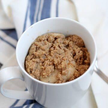 Coffee Cake in a Mug topped with streusel topping and ready in minutes | cookingwithcurls.com