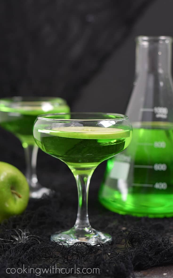 Poisoned Apple Cocktail for a tart, crispy, bubbly drink guaranteed to bewitch your guests | cookingwithcurls.com