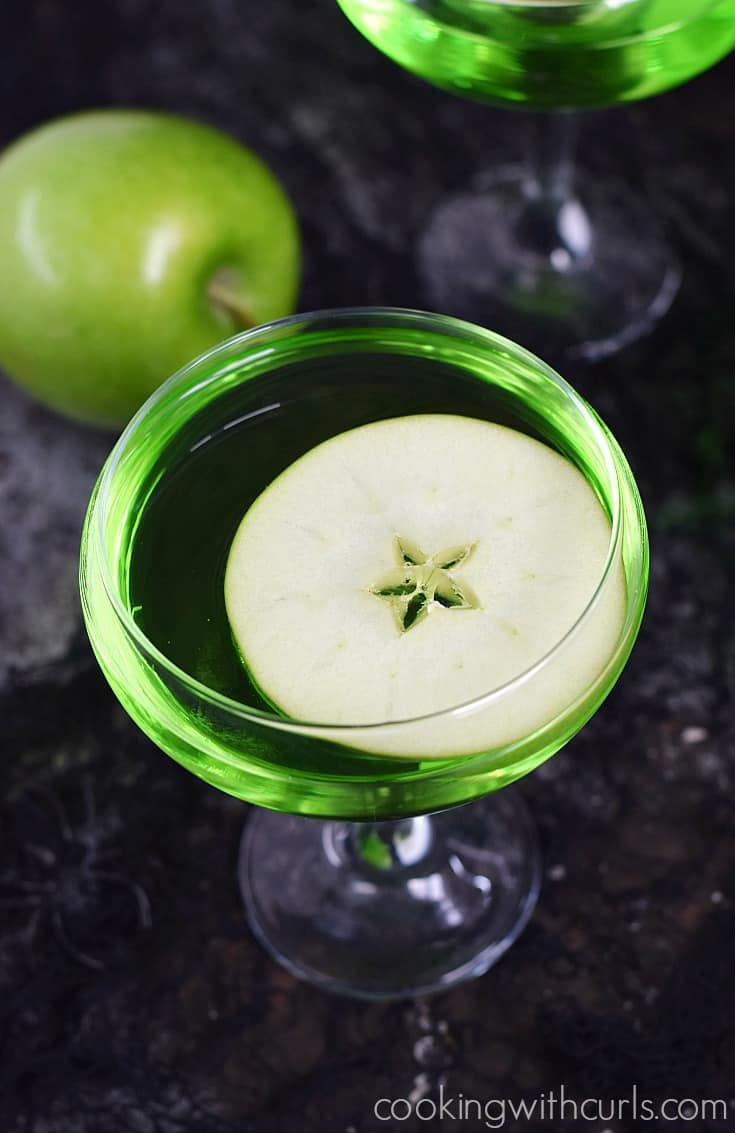 A Poisoned Apple Cocktail is the perfect Halloween party drink | cookingwithcurls.com