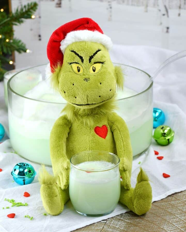 Are your party guests naughty or nice? You get to decided when you make this Grinch Who-Punch for your next holiday party | cookingwithcurls.com