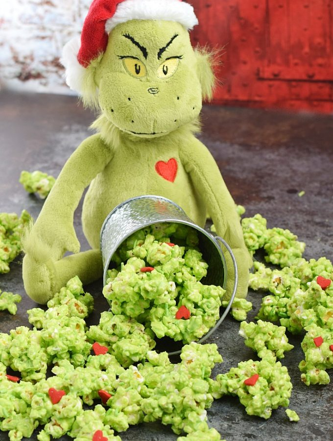 This Grinch Popcorn is so delicious that you might find it hard to share | cookingwithcurls.com
