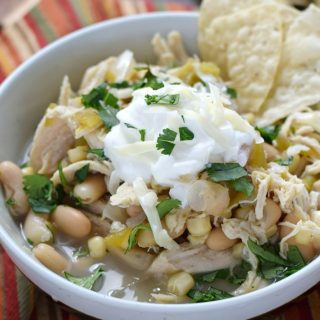 Who wants a nice big bowl of Slow Cooker White Chicken Chili for dinner tonight? cookingwithcurls.com