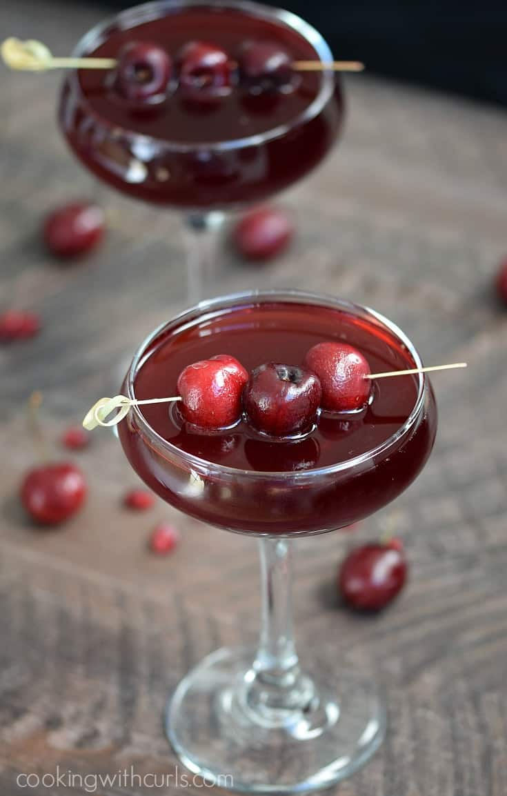 This Pomegranate Cherry Spritzer will allow you to celebrate with friends without feeling guilty | cookingwithcurls.com