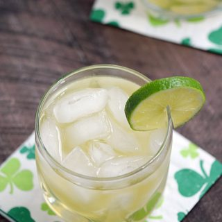 This Jameson & Ginger is guaranteed to have your Irish eyes smiling with it's light and refreshing flavors | cookingwithcurls.com