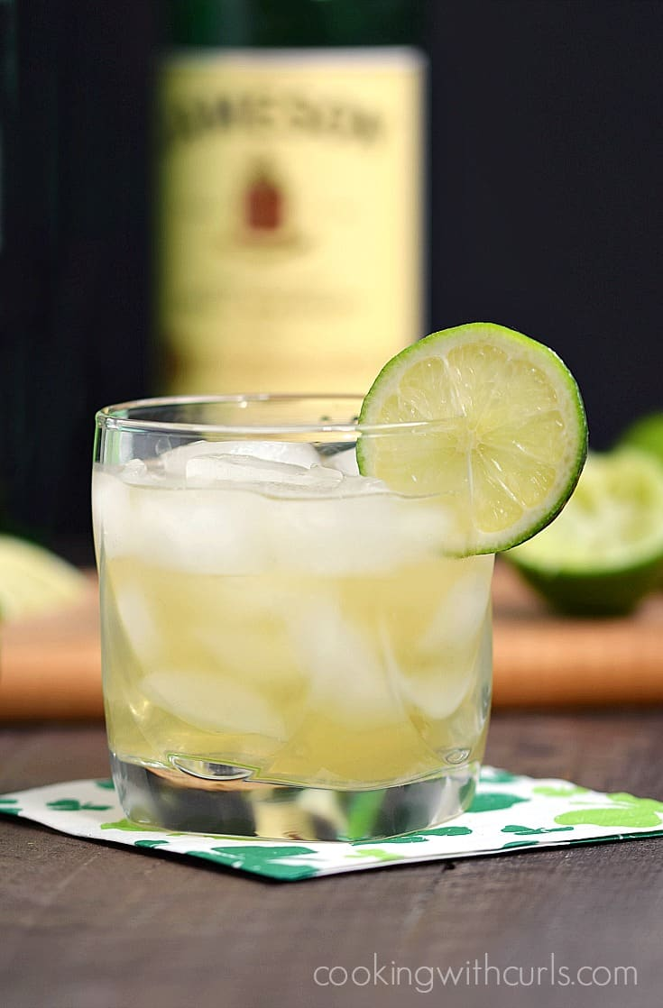 This Jameson & Ginger is light and refreshing, the perfect cocktail for St. Patrick's Day | cookingwithcurls.com