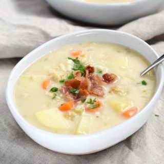 This Whole 30 Clam Chowder is pure goodness in a bowl | cookingwithcurls.com