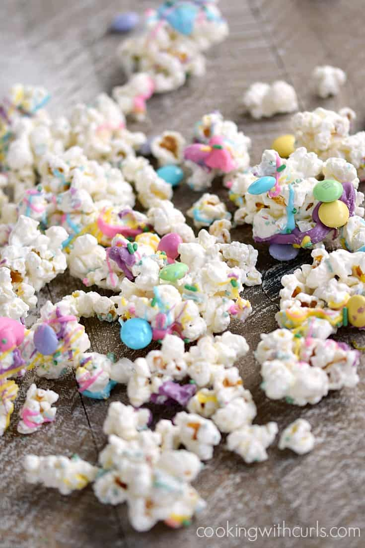 Sweet and delicious Springtime Chocolate Covered Popcorn for a fun and colorful treat | cookingwithcurls.com