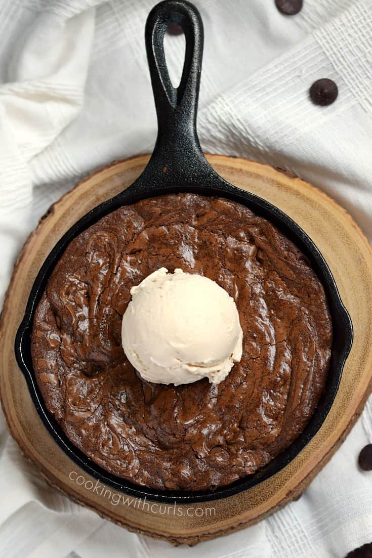 These fudgy Skillet Brownies for Two are the perfect ending to a romantic dinner | cookingwithcurls.com