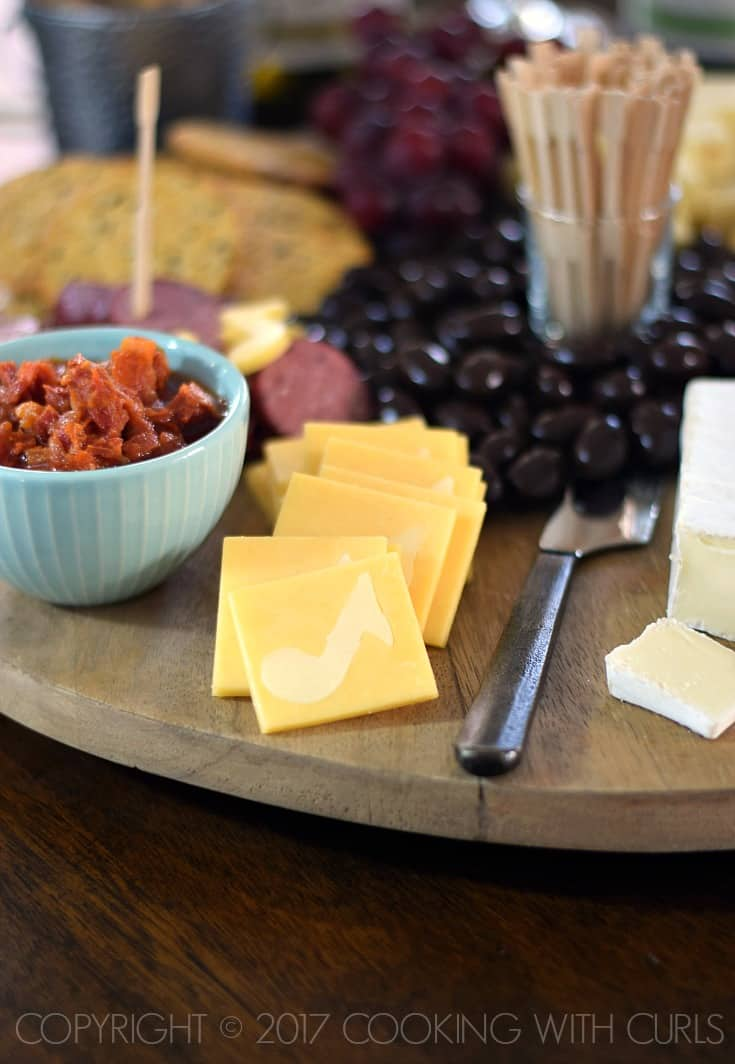 Msg 4 21+ The Ultimate Appetizer Board featuring Gouda squares with white cheddar music notes cookingwithcurls.com #Chardonnation #ad #NotableHoliday