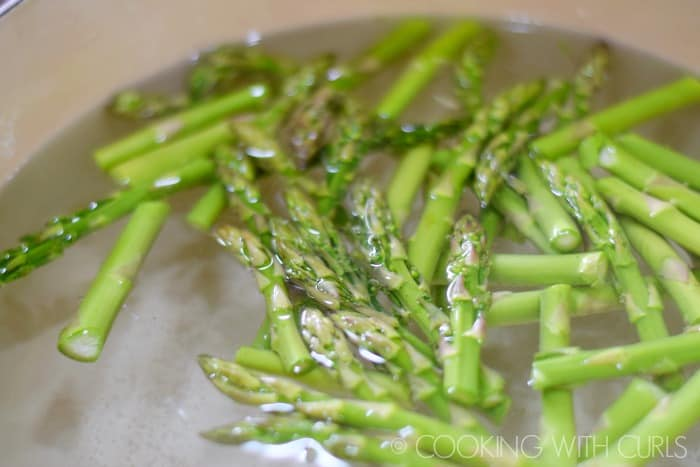 Asparagus in boiling water © COOKING WITH CURLS
