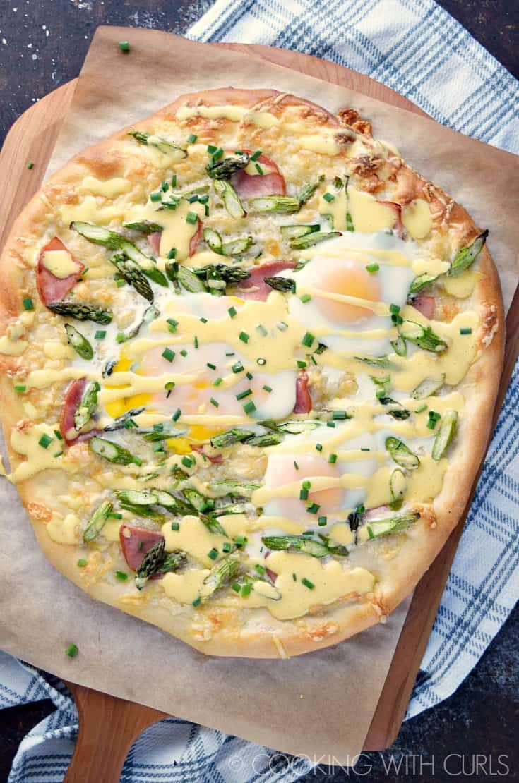 Eggs Benedict Pizza is the perfect way to start your day!! © COOKING WITH CURLS
