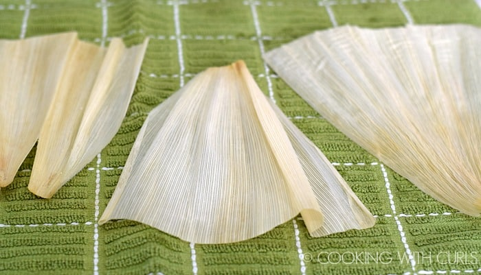 Lay corn husks on dish towel to remove excess water © COOKING WITH CURLS