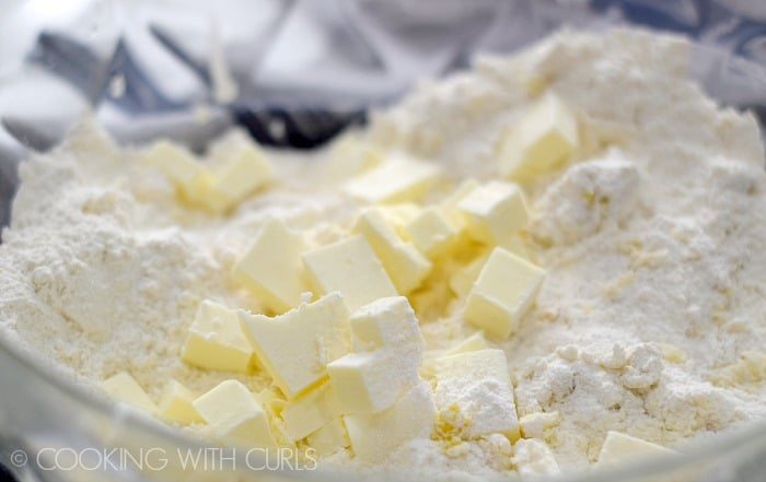Add the butter pieces to the dry ingredients © COOKING WITH CURLS