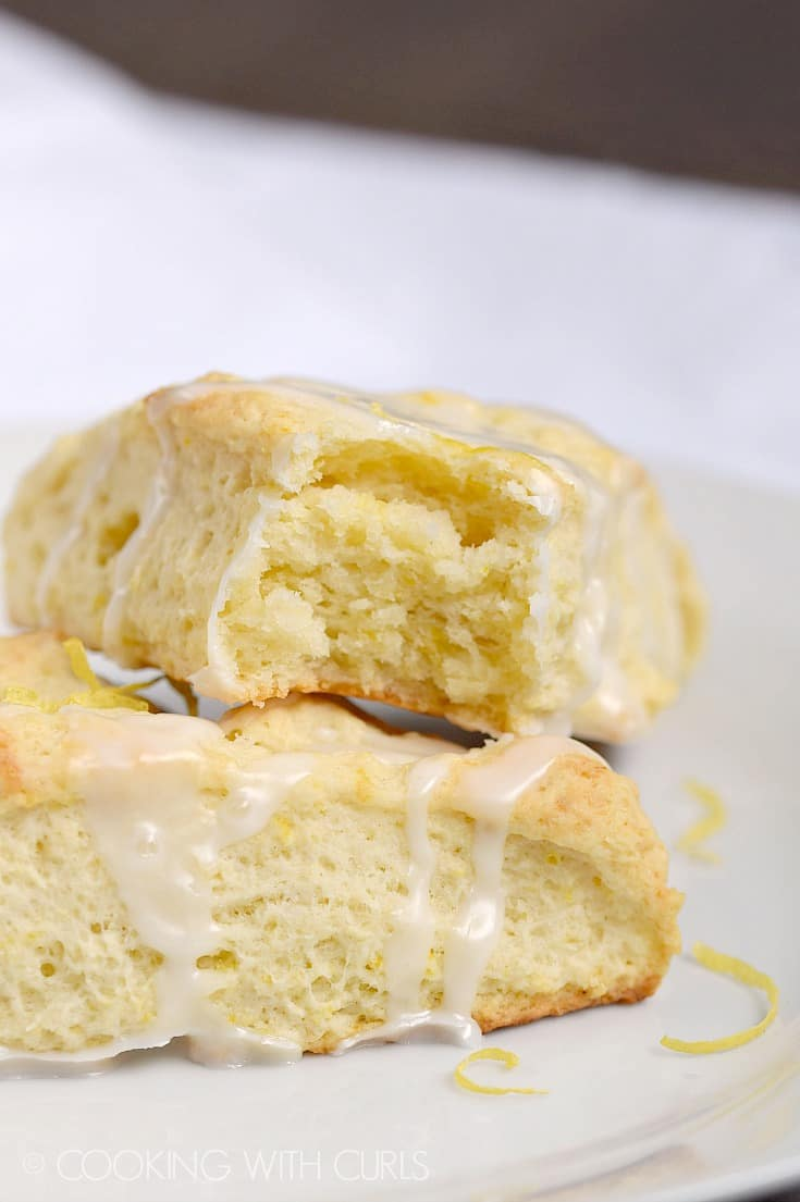 Forget running to the bakery, you can have these delicious Glazed Lemon Scones ready for breakfast in a bout 30 minutes! © COOKING WITH CURLS