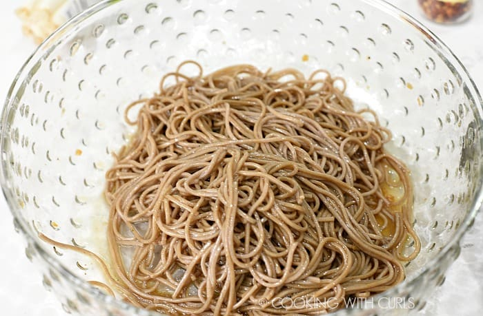 Mix the cooked noodles with the remaining dressing in a large bowl © COOKING WITH CURLS