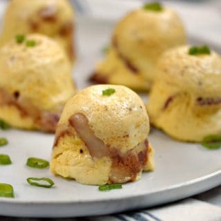 Start your day off right with these easy to make, easy to take Instant Pot Bacon-Cheddar Egg Bites! © COOKING WITH CURLS