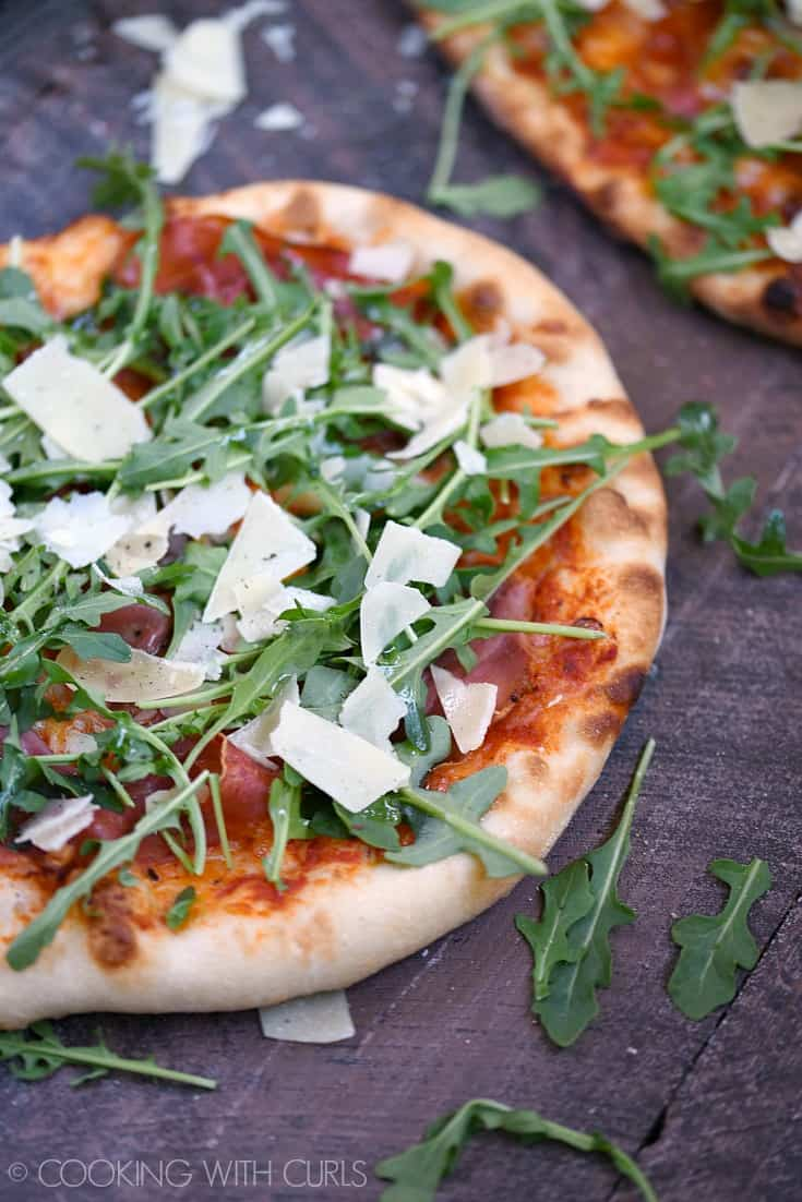 Yes you can make a Prosciutto-Arugula Pizza at home using simple ingredients and a very hot oven or grill! © COOKING WITH CURLS